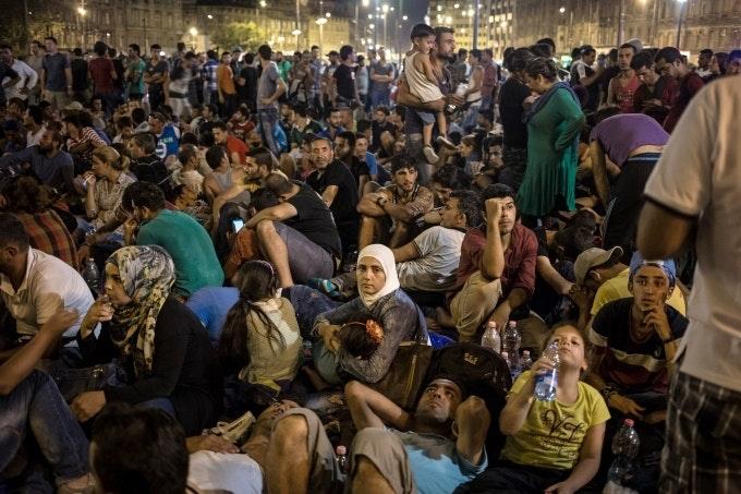 Civilek nyújtanak segítséget a magyar pályaudvarokon rekedt menekülteknek