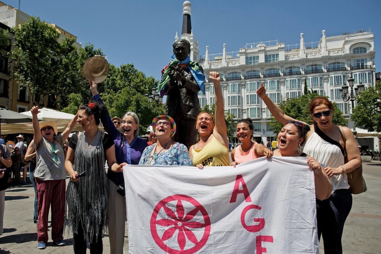 Ünneplő és zászlót tartó nők csoportja