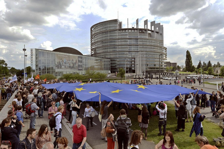 Una enorme bandera de la Unión Europea se mantiene en alto