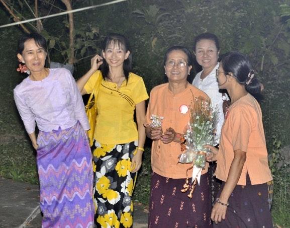 Daw Aung San Suu Kyi with four other women